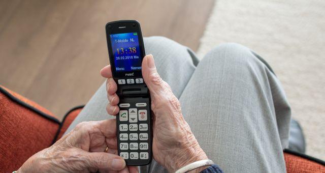 teléfono tapa negro ancianos
