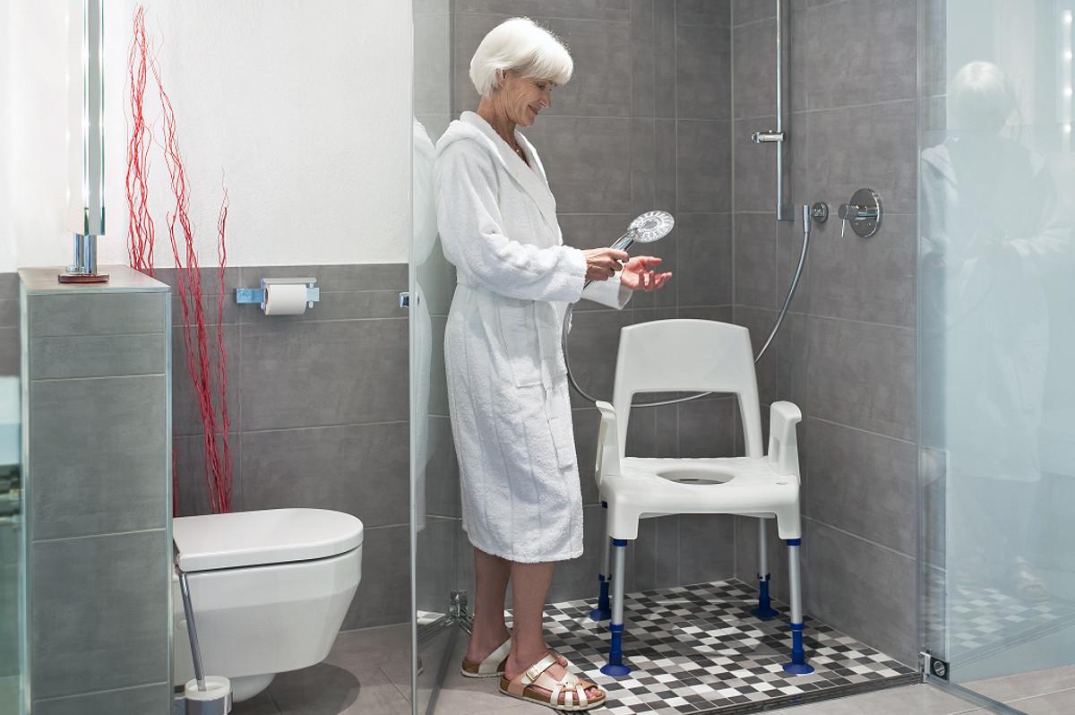 mujer en silla de ducha accesible discapacitado