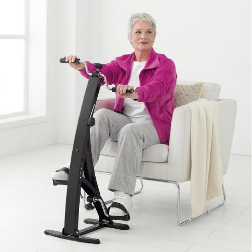 mujer usando pedaleador brazos y piernas
