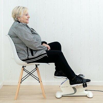 mujer mayor usando pedaleador