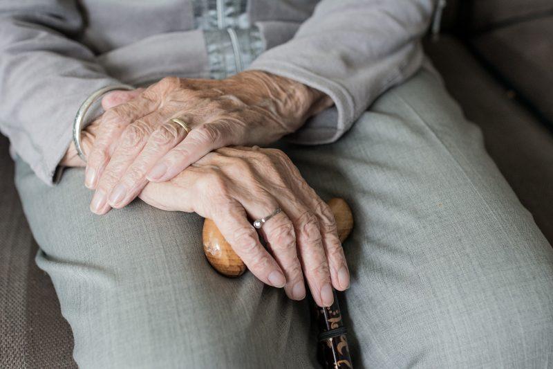 Manos mujer mayor con bastón