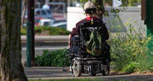 persona en silla de ruedas eléctrica